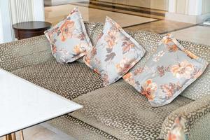 canapé et chaise vides avec décoration d'oreillers dans une chambre photo
