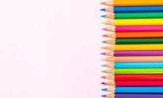 crayons de couleur sur fond rose avec espace de copie photo