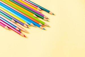 crayons de couleur sur fond jaune avec espace de copie photo