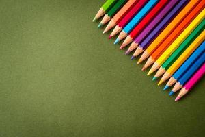 crayons de couleur sur fond noir avec espace de copie photo