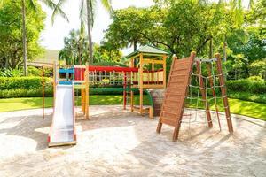 une aire de jeux pour enfants, un toboggan situé sur le sable photo