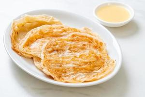 Roti avec dessert au lait concentré sucré - style de cuisine musulmane photo
