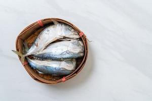 poisson maquereau cuit à la vapeur dans un panier en bambou photo