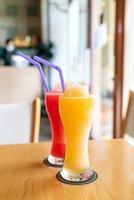 Smoothie orange et verre de smoothie pastèque au café restaurant photo