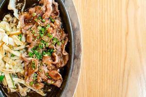 porc teriyaki dans une poêle chaude avec du chou - style de cuisine japonaise photo