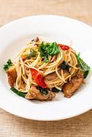 spaghettis sautés au poulet et basilic - style cuisine fusion photo