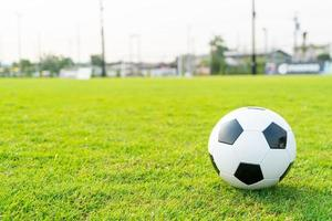 ballon de football sur le terrain de balle photo