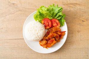 poisson frit nappé de sauce chili 3 saveurs avec riz photo