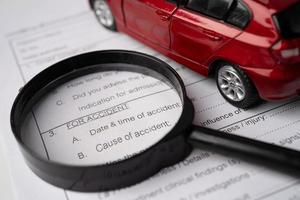 Formulaire de réclamation d'assurance maladie avec voiture. photo