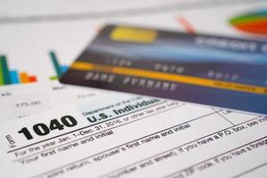 formulaire de déclaration d'impôt 1040 avec carte de crédit sur graphique, revenu individuel américain. photo