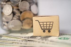 logo du panier d'achat sur la boîte avec compte bancaire de fond de billets en dollars américains, économie de données de recherche analytique d'investissement, commerce, concept d'entreprise en ligne d'importation d'entreprise. photo