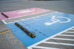 handicap bleu au panneau de stationnement de voiture à l'extérieur pour les personnes handicapées, en fauteuil roulant ou âgées ou ne peuvent pas s'aider elles-mêmes photo