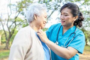 les soins médicaux, l'aide et le soutien d'une patiente âgée ou âgée dans un parc à l'hôpital. photo