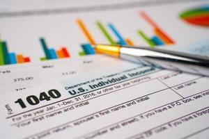 bangkok, thaïlande - 1er juin 2020 formulaire de déclaration de revenus 1040 et billet de banque en dollars, revenu individuel américain. photo