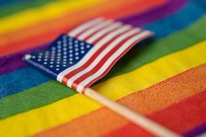 drapeau américain des états-unis sur fond arc-en-ciel symbole du mois de la fierté gay lgbt, le drapeau arc-en-ciel du mouvement social est un symbole des lesbiennes, gays, bisexuels, transgenres, droits de l'homme, tolérance et paix photo