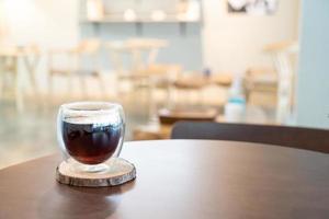 café noir americano chaud dans un café et un restaurant photo