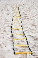 échelle d'exercice fonctionnelle sur le sable de la plage à rio de janeiro photo