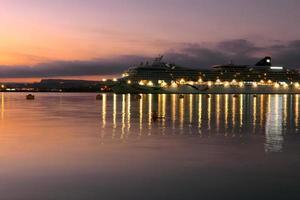 bateau de croisière amarré au port au coucher du soleil photo