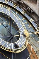 Détail de l'horloge astronomique médiévale historique de Prague sur l'ancien hôtel de ville, République tchèque photo