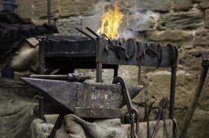 feu de charbon dans une forge photo