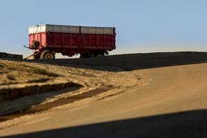 véhicule agricole au coucher du soleil à medinaceli, province de soria, castilla y leon, espagne photo
