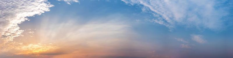 ciel panoramique dramatique avec des nuages au lever et au coucher du soleil photo