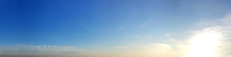 ciel panoramique avec des nuages par une journée ensoleillée photo