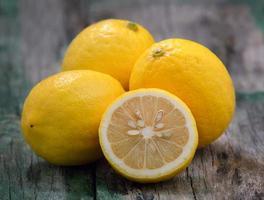 citrons frais sur bois photo
