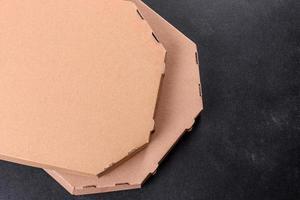 boîte brune en carton de forme carrée pour le transport et la livraison de pizza photo
