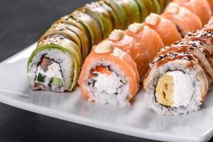 rouleaux de sushi frais et savoureux disposés sous la forme d'un dragon au gingembre et au wasabi photo