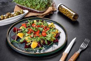 savoureuse salade fraîche et saine avec betteraves bouillies, microgreen et orange photo