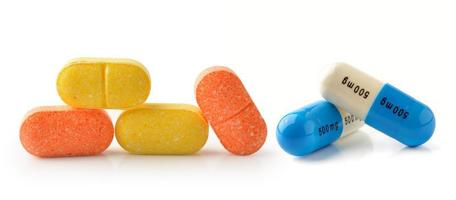 Capsules de pilules isolés sur fond blanc photo