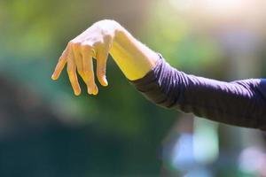pratique du tai chi chuan en extérieur photo