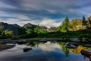 miroir d'eau dans le paysage de montagne sur les alpes italiennes photo