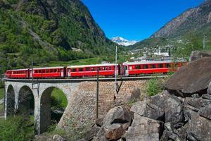 passage au viaduc hélicoïdal brusio du train rouge de la bernina photo