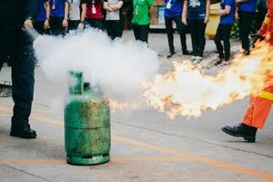 formation de lutte contre l'incendie des employés, éteindre un incendie à la bouteille de gaz. photo