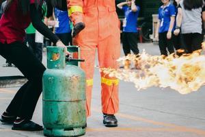 formation de lutte contre l'incendie des employés, fermez le robinet du réservoir de gaz qui s'allume. photo
