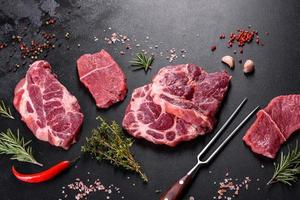 viande de boeuf crue fraîche pour faire un délicieux steak juteux avec des épices et des herbes photo
