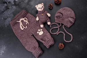 Ours en peluche lié à des fils de laine sur un fond sombre photo