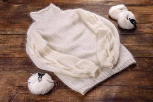 Sweat tricoté en fils de laine sur fond sombre photo