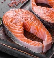 steak de saumon cru frais aux épices et herbes préparé pour la cuisson grillée photo