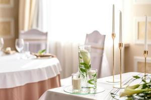 belle décoration des vacances de mariage avec fleurs et verdure avec décoration fleuriste photo