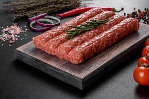 haché cru frais pour kebab grillé avec des épices et des herbes photo