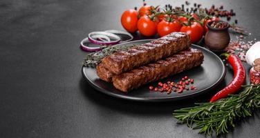 kebab frais et savoureux grillé aux épices et aux herbes photo