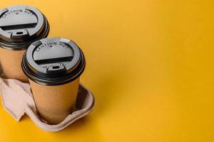 vaisselle jetable en carton brun écologique photo