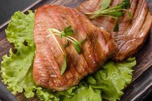 délicieux steak de thon juteux grillé aux épices et herbes photo