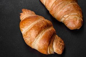 Croissant français délicieux et frais avec une tasse de café parfumé photo