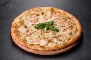 délicieuse pizza au four aux fruits de mer frais photo