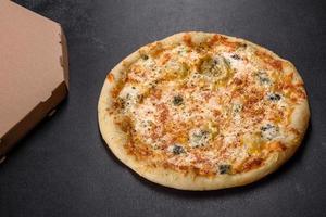 savoureuse pizza au four frais avec tomates, fromage et champignons sur fond de béton foncé photo