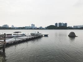la petite jetée sur le lac de la ville de sokcho. Corée du Sud photo